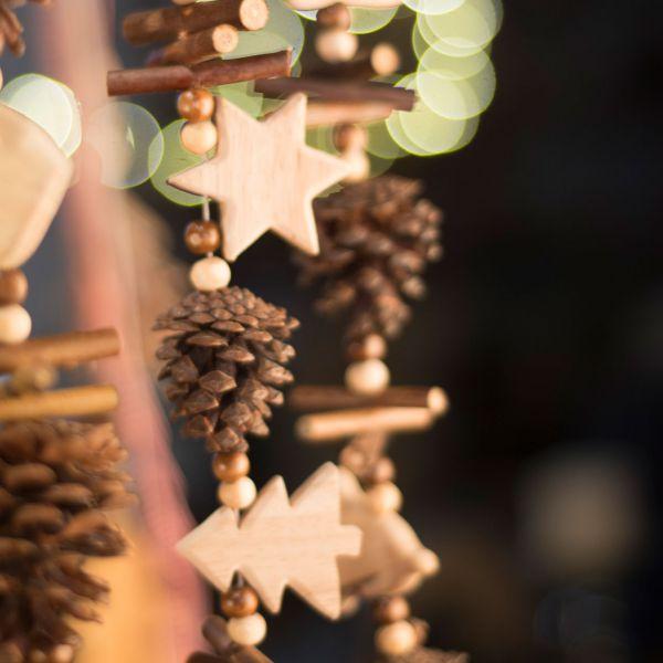 Winterdeko Holz-Girlande Sterne Tannenbäume und Zapfen natur