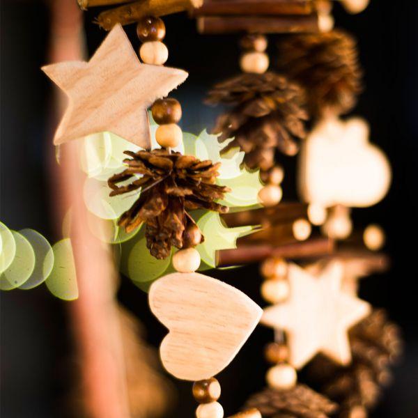 Winterdeko Holz-Girlande Sterne Herzen und Zapfen natur