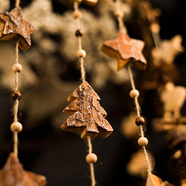 Winterdeko Holz-Girlande, Tannenbäume & Perlen