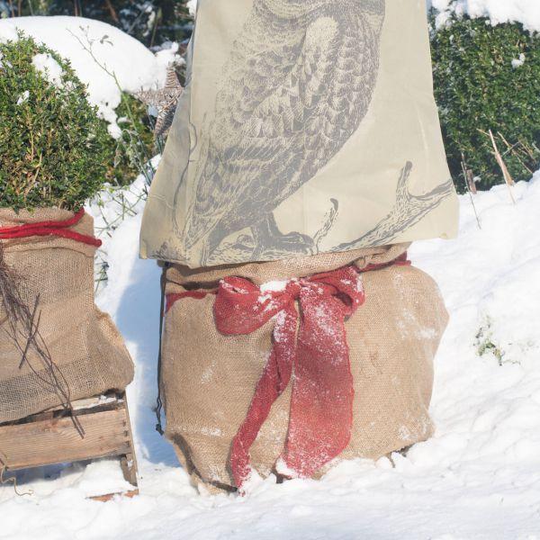 Jutesack als Winterschutz robustes Naturmaterial natur